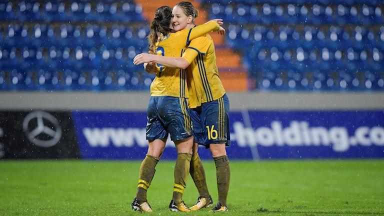 Sveriges Kosovare Asllani kramas om av Mia Carlsson efter sitt 0-2 mål under VM-kvalmatchen, damer, grupp 4, mellan Kroatien och Sverige på Stadion Andelko Herjavec.