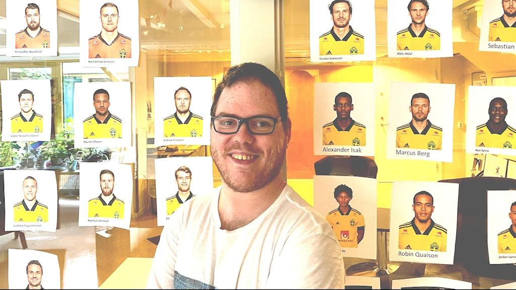 Man i 30-årsåldern står framför bilder på spelarna i fotbolls-EM.
