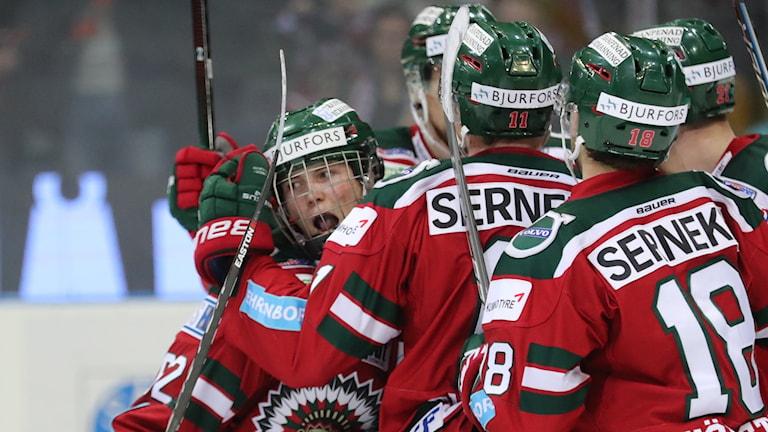 Oliwer Fjellström klappas om av lagkamraterna.