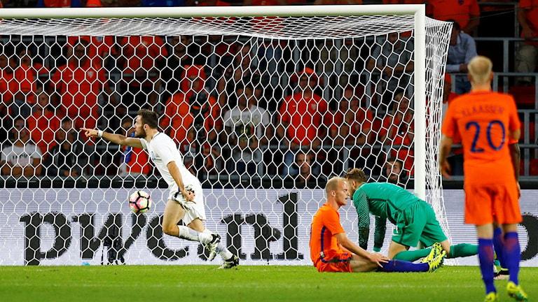 Giannis Gianniotas firar mål mot Nederländerna