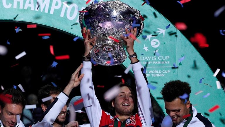 Frankrike Lucas Pouille fick lyfta Davis Cup-pokalen.