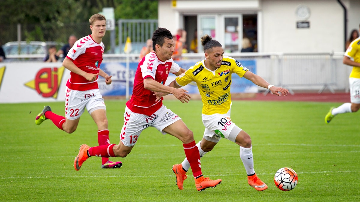 20160529 Falkenbergs Alexander Jakobsen och Kalmars Emin Nouri under matchen mellan Falkenberg-Kalmar FF. Foto: Frida Winter/TT