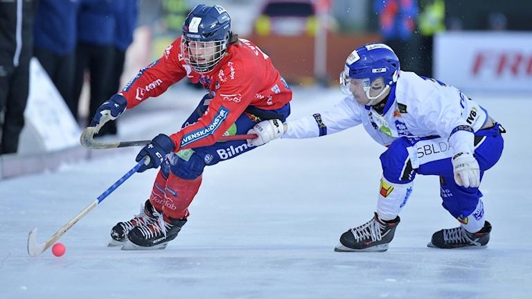 Edsbyns Joakim Svensk och Villa Lidköpings Petter Björling under finalen i mars i år.