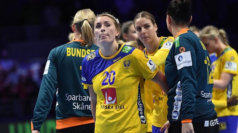 Bella Gulldén deppar efter förlust mot Montenegro.