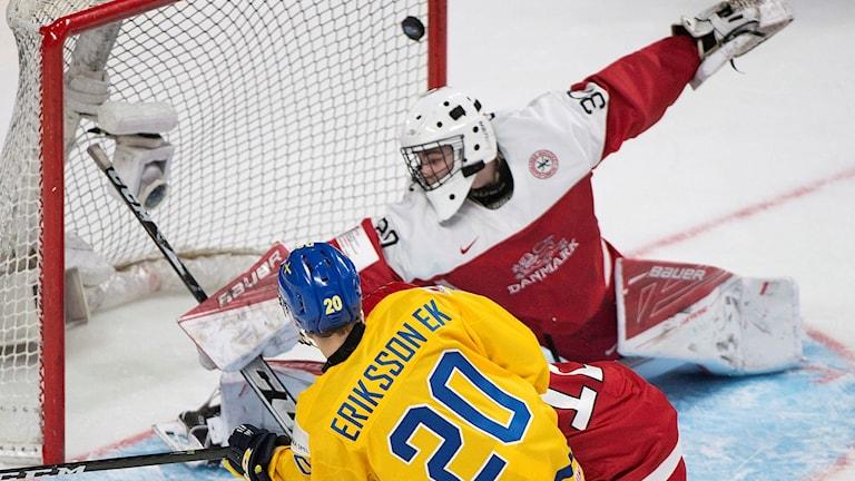 Joel Eriksson Ek målar mot Danmark i JVM.
