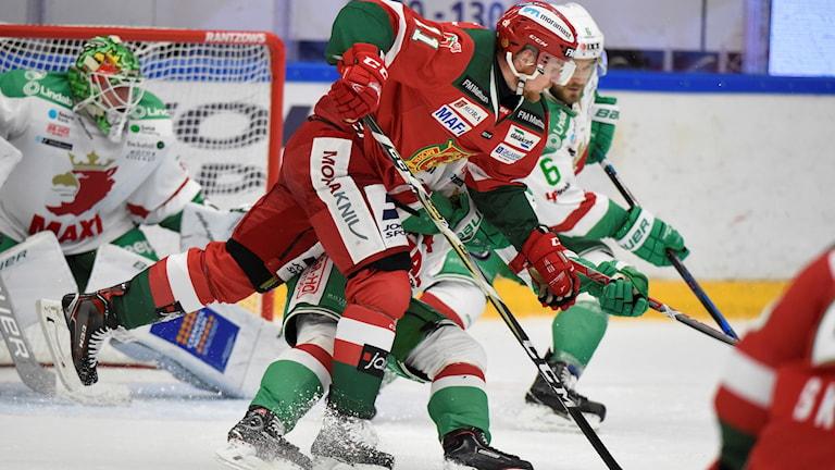 MORA 20170921 Moras Alexander Hilmerson mot Rögles Craig Schira under torsdagens ishockeymatch i SHL mellan Mora IK och Rögle BK i Jalas Arena. Foto: Ulf Palm / TT