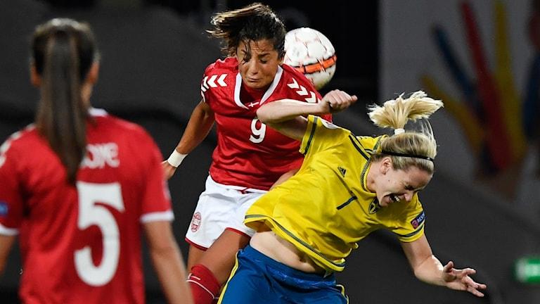 Danmarks Nadia Nadim i nickduell mot Sveriges Lisa Dahlkvist under tisdagens EM-kvalmatch i grupp 4 mellan Danmark och Sverige på Viborg Stadion i Viborg, Danmark.