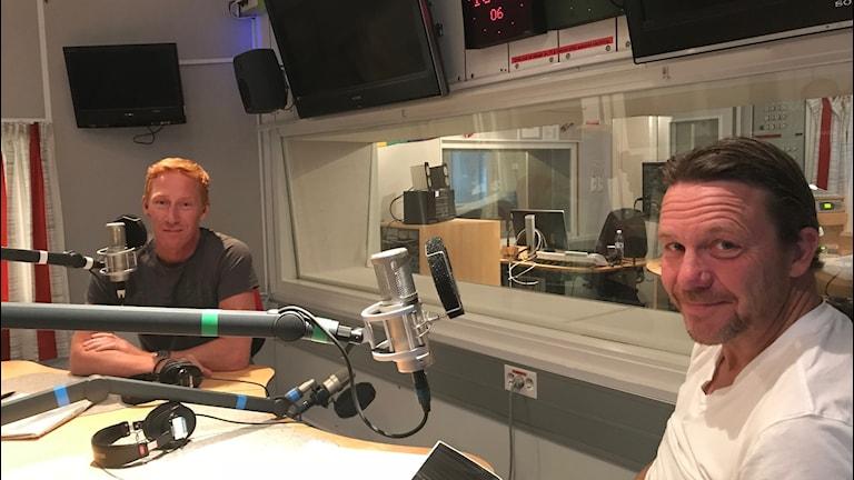 Radiosportens hockeyexperter Jörgen Jönsson och Challe Berglund i Sportextrastudion. Foto: Martin Hedberg/Sveriges Radio