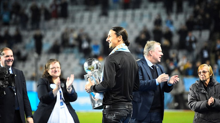Zlatan Ibrahimovic delade ut pokalen till Malmö.