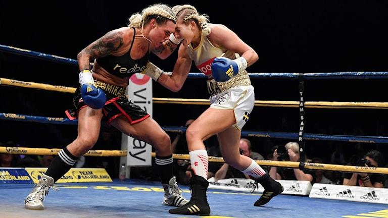 20160910 Klara Svensson och Mikaela Laurén i boxningsmatch.
