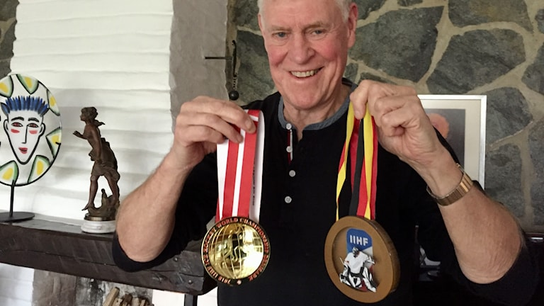 Kenneth med barnbarnet Olivers medaljer.