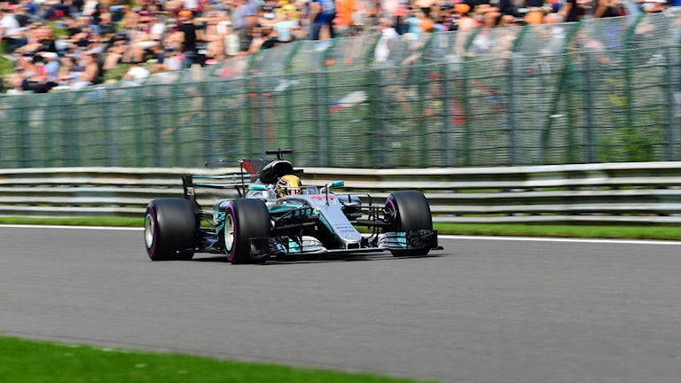 Mercedes' British driver Lewis Hamilton competes to win his 68th pole position equalling the record by Formula One driver Michael Schumacher as he drives during the qualifying session at the Spa-Francorchamps circuit in Spa on August 26, 2017 ahead of the Belgian Formula One Grand Prix. / AFP PHOTO / Emmanuel DUNAND