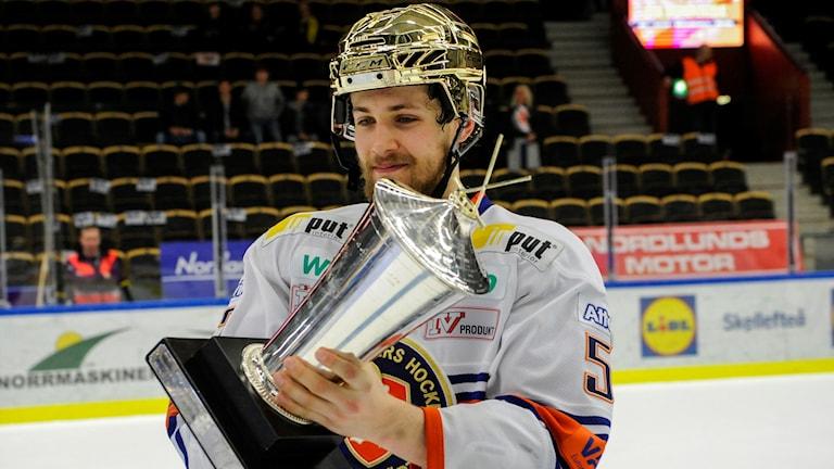 Växjös Arvid Lundberg med Le Mat-pokalen.