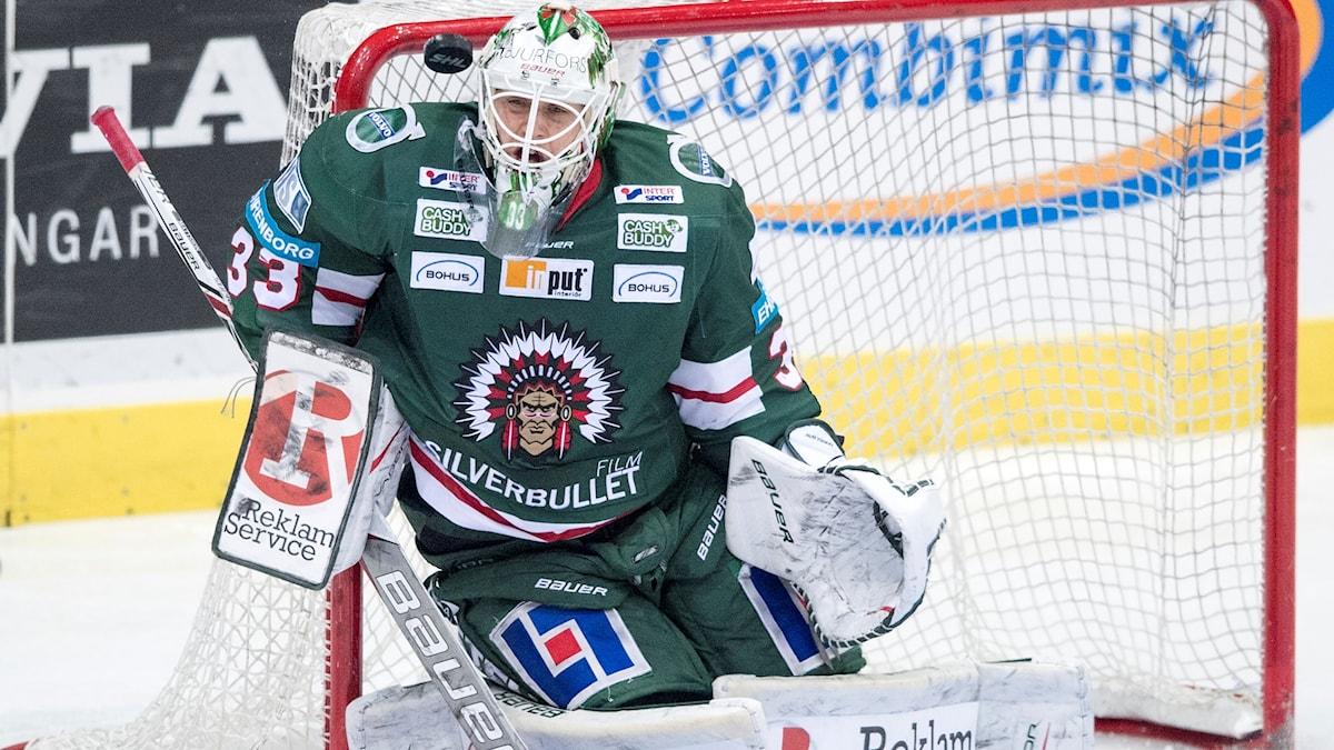 Frölundas målvakt Johan Mattsson stoppar en puck.