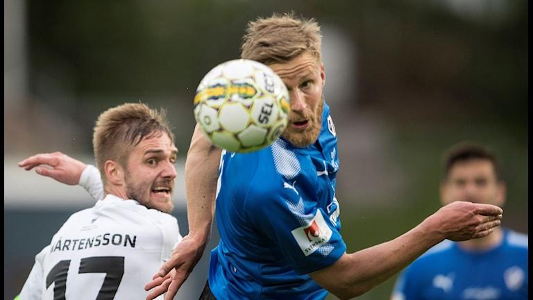 Örebros Johan Mårtensson i nickduell mot Halmstads Alexander Ruud Tveter