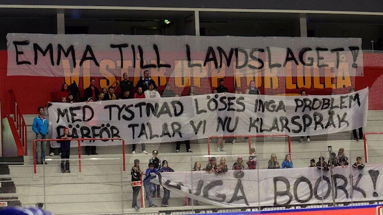 Banderoller mot Leif Boork under Damkronorna-Finland