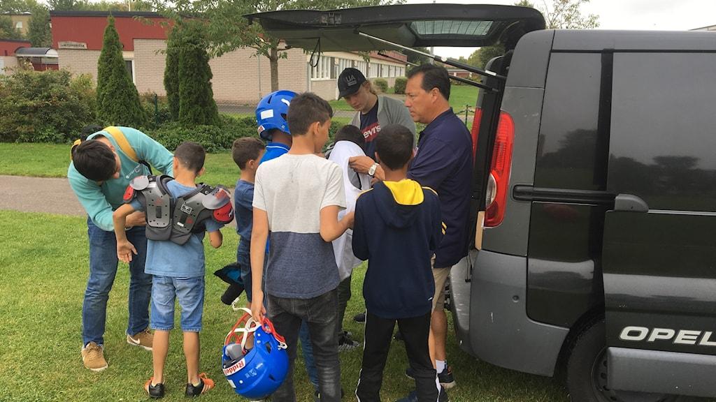 Kristianstad Predators åker ut i byar på landsbygden för att hitta barnen som vill prova amerikansk fotboll.