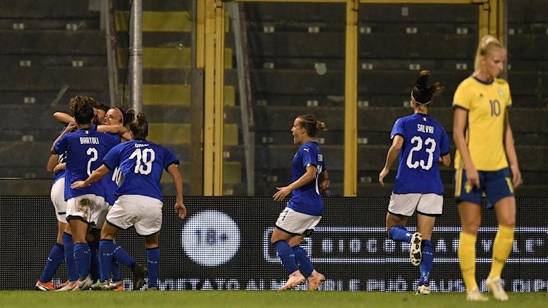 Italien firar Daniela Sabatinos mål mot Sverige.