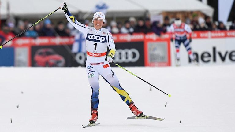 Charlotte Kalla går i mål som segrare.