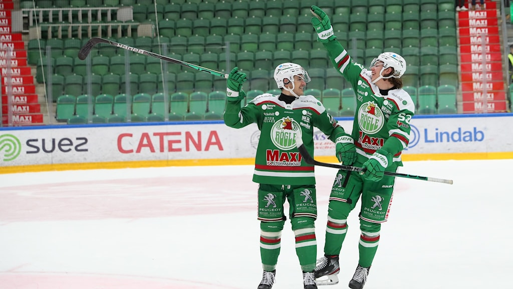ÅNGELHOLM 20201210  Rögles Brady Ferguson och Adam Tambellini  jublar efter segern i torsdagens ishockeymatch i SHL mellan Röggle BK och Skellefteå AIK i Catena Arena.  Foto  Anders Bjurö / TT