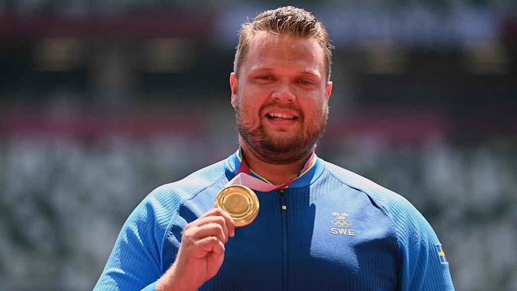 Daniel Ståhl med guldmedaljen. Foto: INA FASSBENDER/AFP