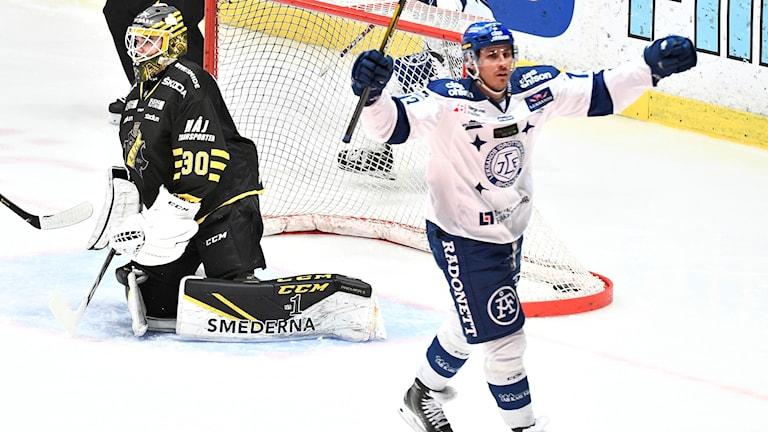 Leksands Jon Knuts jublar efter sitt 1-0 mål under fredagens Playoff inför direktkval till SHL match 1 i bäst av 3 mellan AIK och Leksands IF på Hovet.
