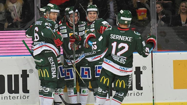 rölundas Victor Olofsson har gjort 1-0 under lördagens ishockeymatch i SHL mellan Frölunda HC och Linköpings HC i Scandinavium.