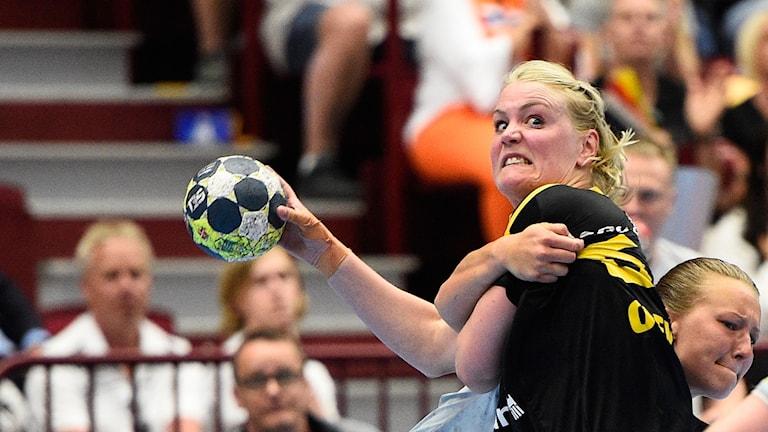 MALMÖ 20170527 Höörs Cassandra Tollbring stoppar Sävehofs Ida Odén under lördagens SM-final i handboll mellan IK Sävehof och H65 Höör i Malmö Arena. Foto: Emil Langvad / TT