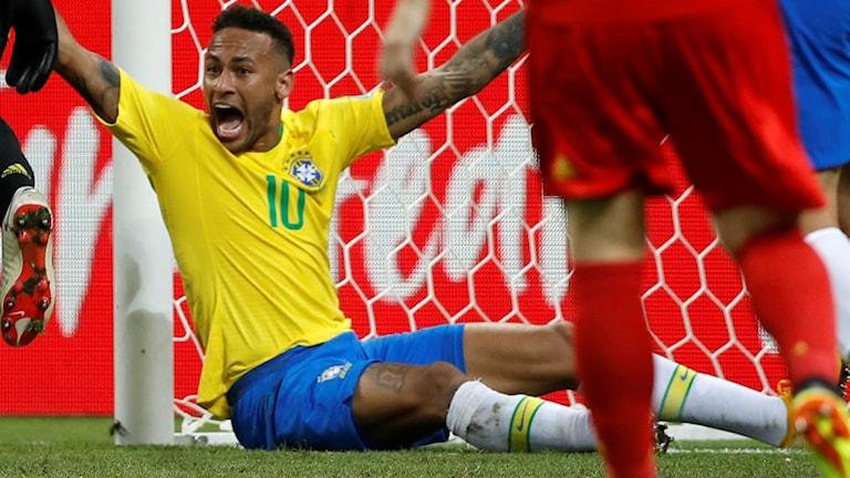 Neymar erkänner att han inbland överdriver på fotbollsplanen.