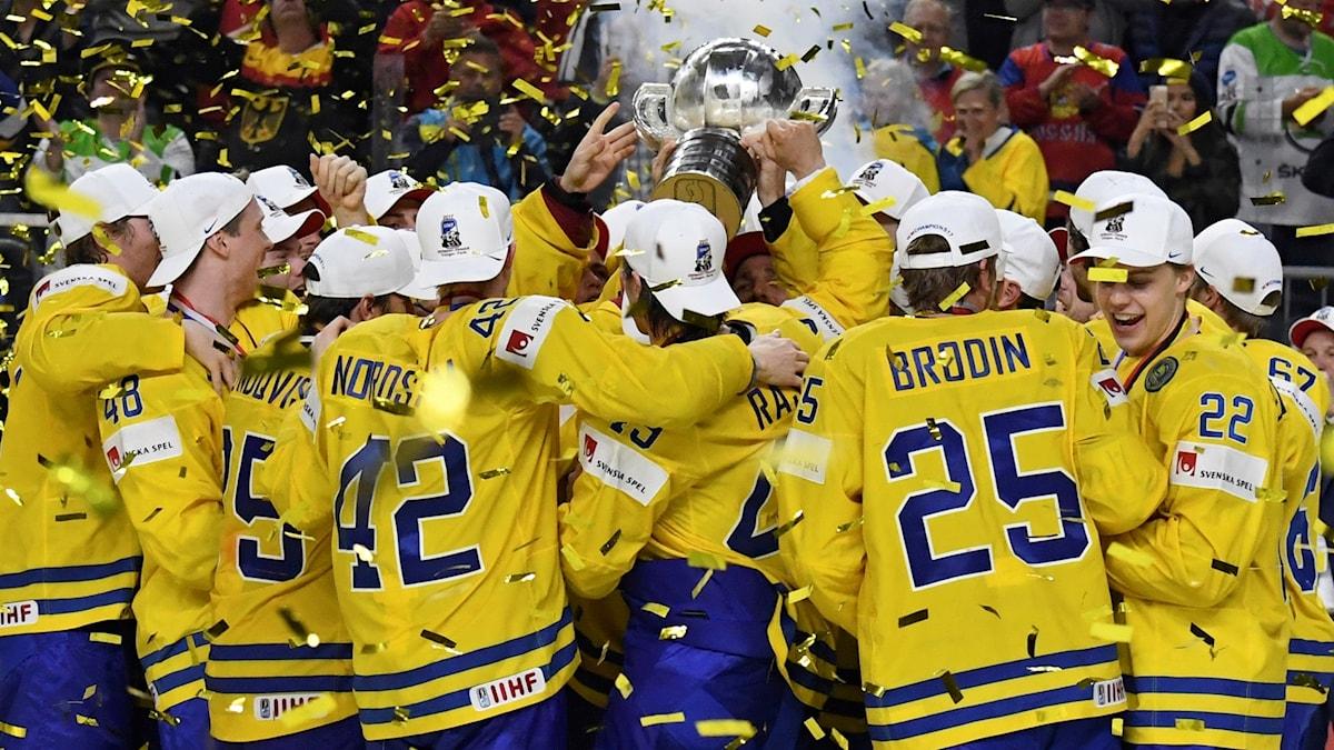 Tre Kronor firar VM-guldet.
