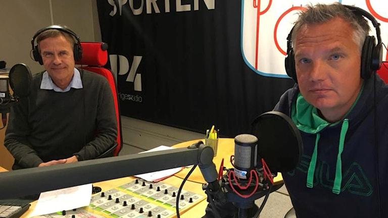 Expert Torgny Svensson och alpinreporter Jonas Enarson i studion.