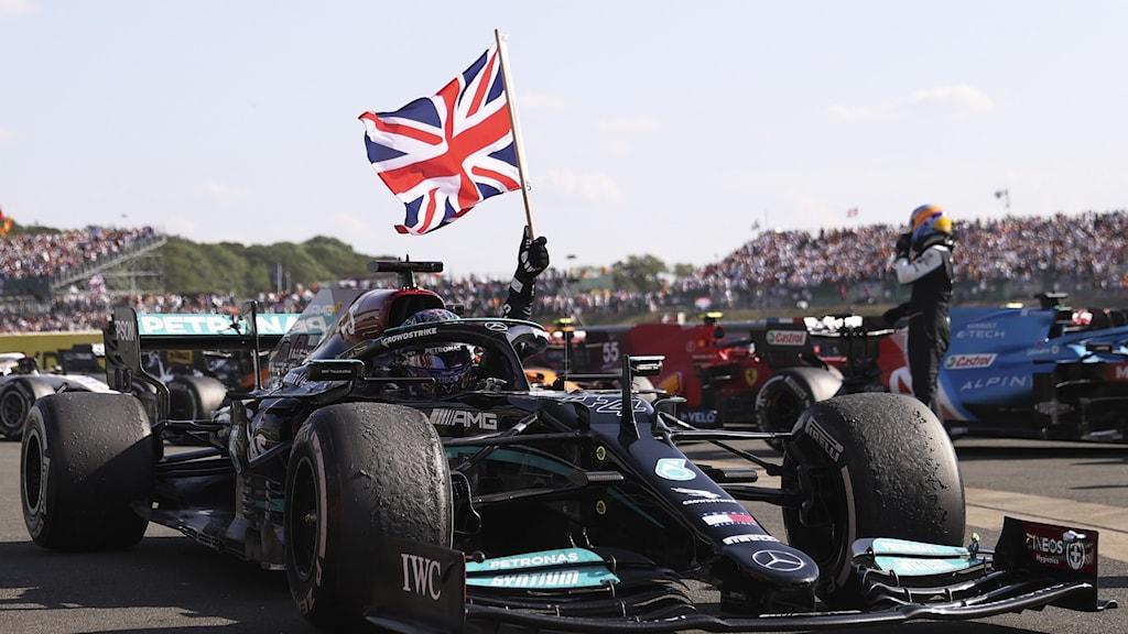 Hamilton utsatt för rasism efter kontroversiell seger