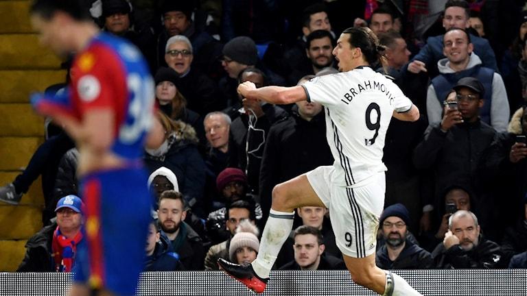 Zlatan Ibrahimovic jublar efter sitt 2-1-mål mot Crystal Palace.
