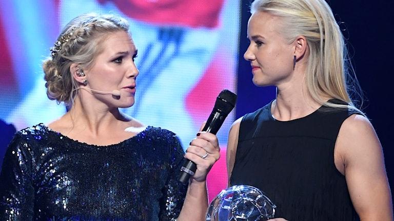 Linköpings danska anfallare Pernille Harder mottog priset som årets anfallare och damallsvenskans mest värdefulla spelare på Fotbollsgalan 2016.