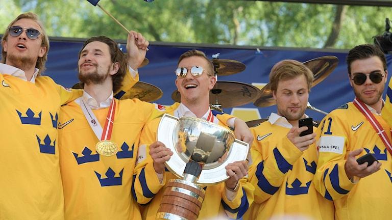 De Svenska hockey-vm guldmedaljörerna hyllas i Kungsträdgården i Stockholm på måndagen
