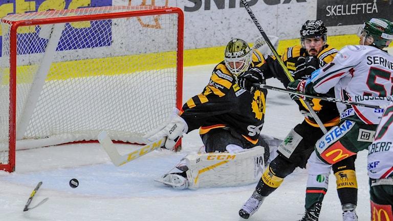 Frölundas avgörande 2-1-mål går in via en klubba som ligger på isen.