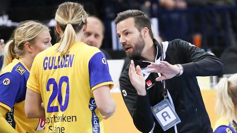 Henrik Signell coachar Isabelle Gulldén och Hanna Blomstrand.