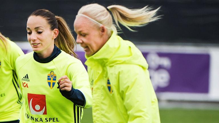 Kosovare Asllani (t.v.) och Caroline Seger.