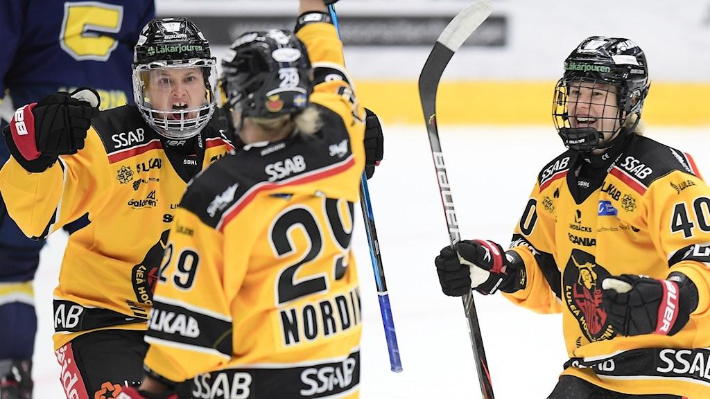 Jubel av Luleås Jenni Hiirikoski under lördagens ishockeymatch i SDHL