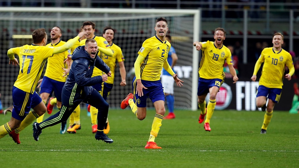 Jubel i svenska laget efter VM-avancemanget.