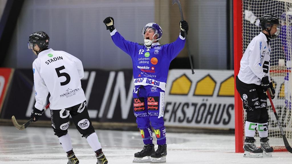 Villas Tim Persson jublar efter 4-1-målet under söndagens semifinal.