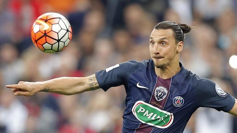 Zlatan tittar fokuserat på bollen