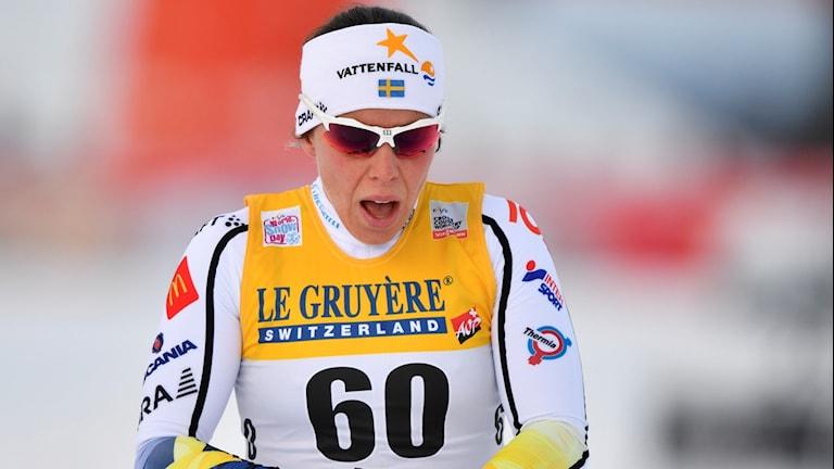 Sveriges Charlotte Kalla går i mål under söndagens 10km klassisk åkning vid världscuptävlingarna i Ruka.