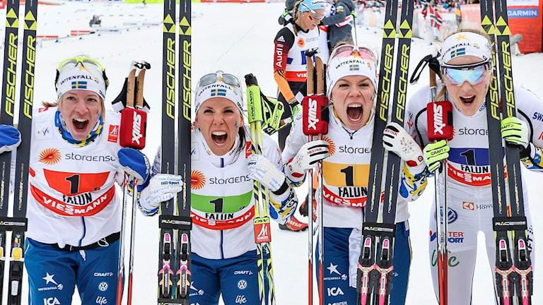 Sofia Bleckur, Charlotte Kalla, Maria Rydqvist och Stina Nilsson firar stafettslivret.