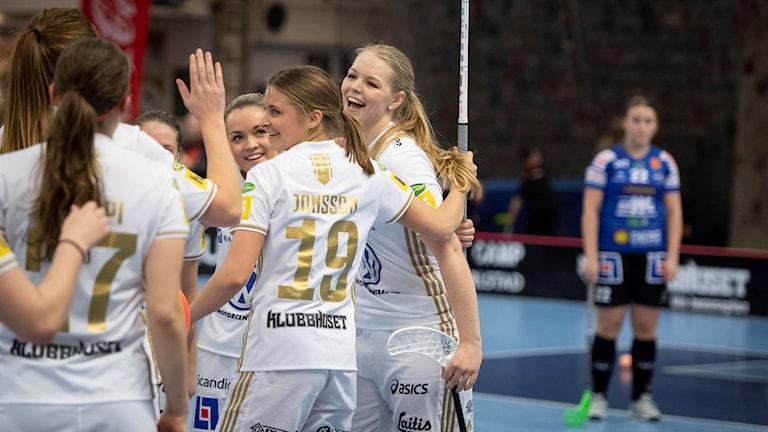 En talande bild när IKSU sopade banan med Karlstad. Matchen slutade 3-17 under söndagens innebandymatch i Superligan mellan Karlstad IBF och IKSU på Colorama Arena.