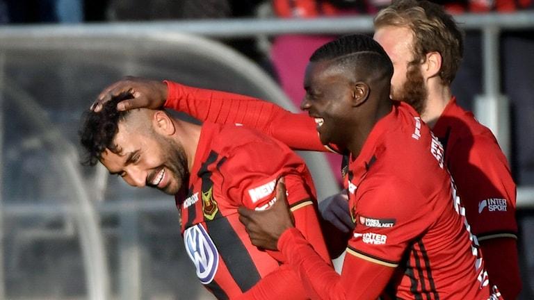 Östersunds Saman Ghoddos klappas om efter sitt 2-0 mål.