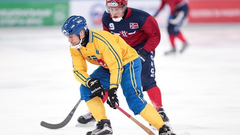 CHABAROVSK 2018-01-30 Sveriges Per Hellmyrs slår ett lyft i VM-matchen mot Norge. Foto: Rikard Bäckman / Bandypuls.se / TT