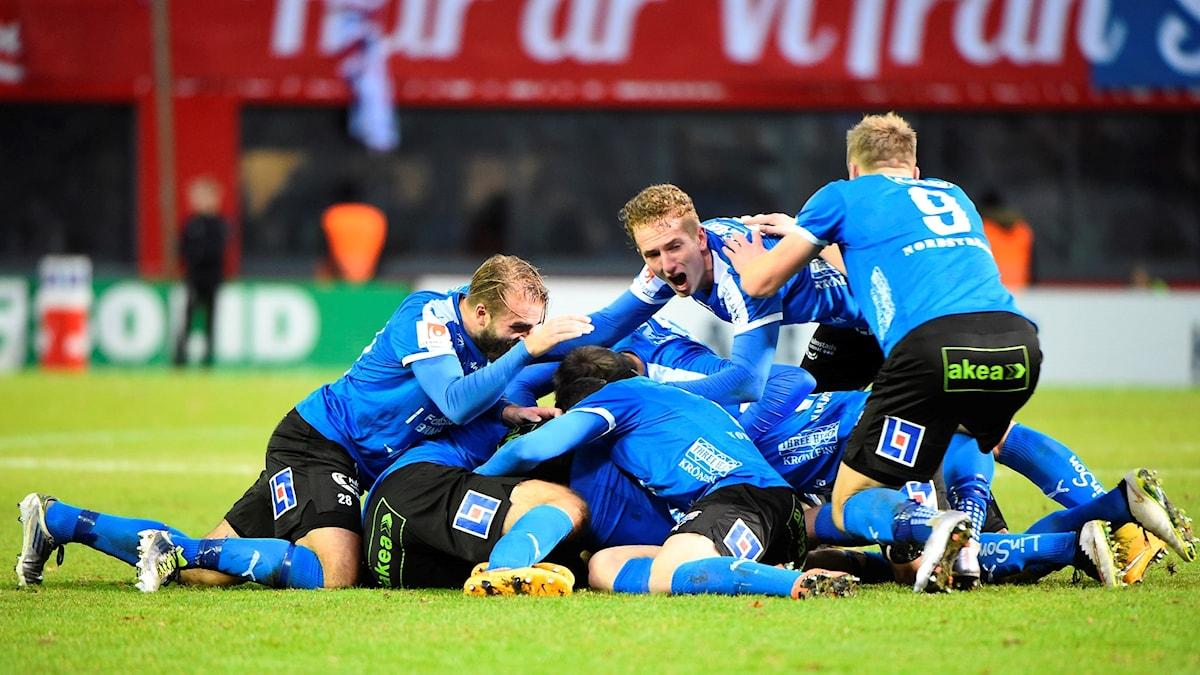 Halmstadspelare jublar efter kvalsegern mot Helsingborg.