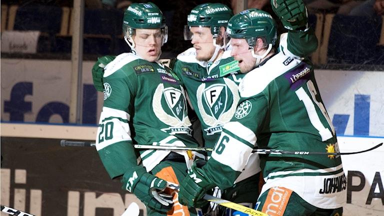 Färjestads Magnus Nygren 1-0 firar med Tomas Skogs och Joel Eriksson Ek under åttondelsfinal 1 i bäst av 3 mellan Färjestad BK och Djurgården Hockey i SM-slutspelet i ishockey i Löfbergs Lila arena i Karlstad på lördagen.