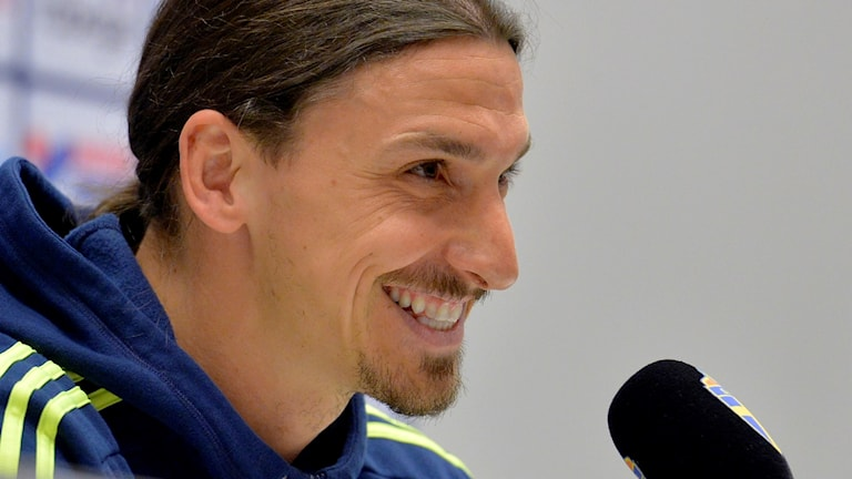 Zlatan Ibrahimovic ler på en presskonferens.
